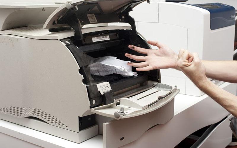 Máy in bị kẹt giấy cũng là nguyên nhân làm máy không nhận lệnh in