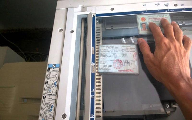 Mở máy scan và đặt CMND vào đúng vị trí trên máy scan