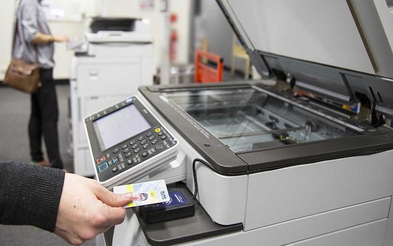 Không đậy nắp máy photocopy