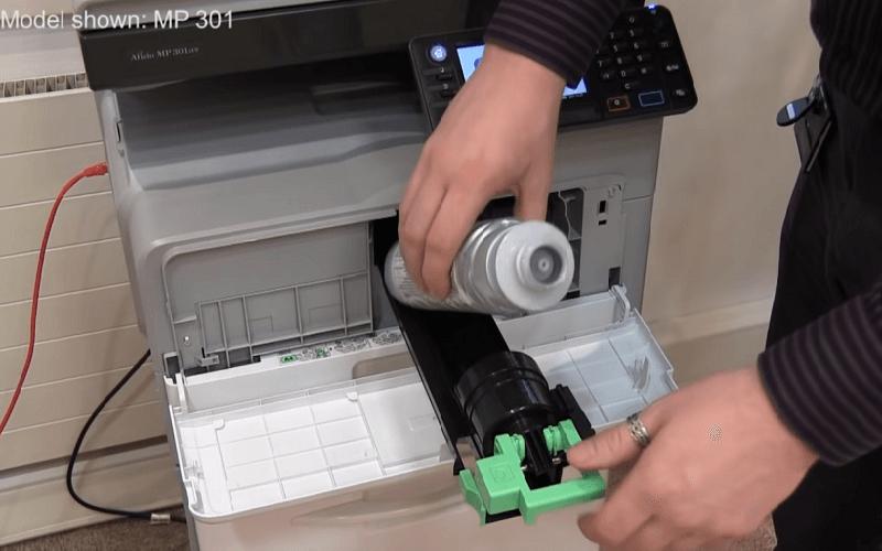 Lắp hộp mực mới vào máy photocopy