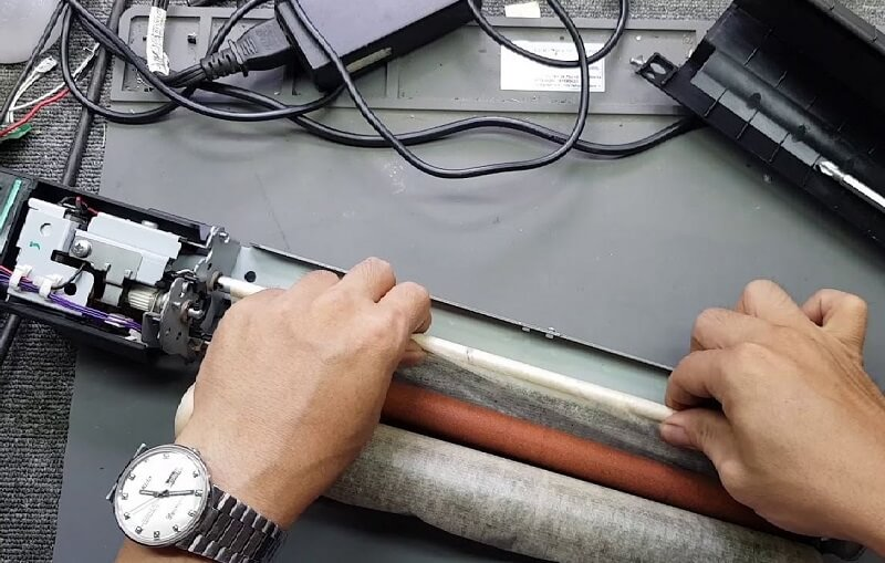 Vệ sinh ống hút mực hoặc nơi chứa mực