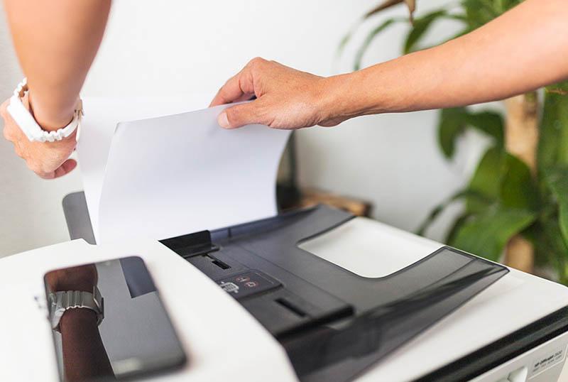 Tách giấy ra trước khi cho vào khay sấy
